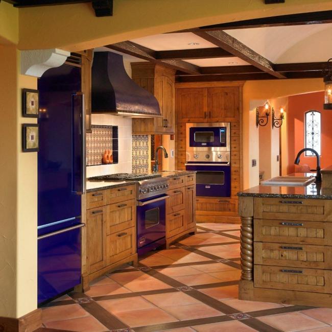 Яркие синие акценты на бытовой технике отлично дополняют кухонный гарнитур из натурального дерева
