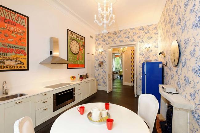 Оригинальная кухня с красными акцентами, которые гармонично сочетаются с ярким синим холодильником