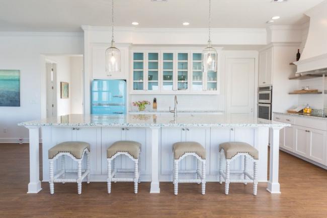 Фирменный холодильник Smeg яркого голубого цвета на просторной кухне в светлых тонах. Далее в статье вы также сможете увидеть разнообразные холодильники этой марки