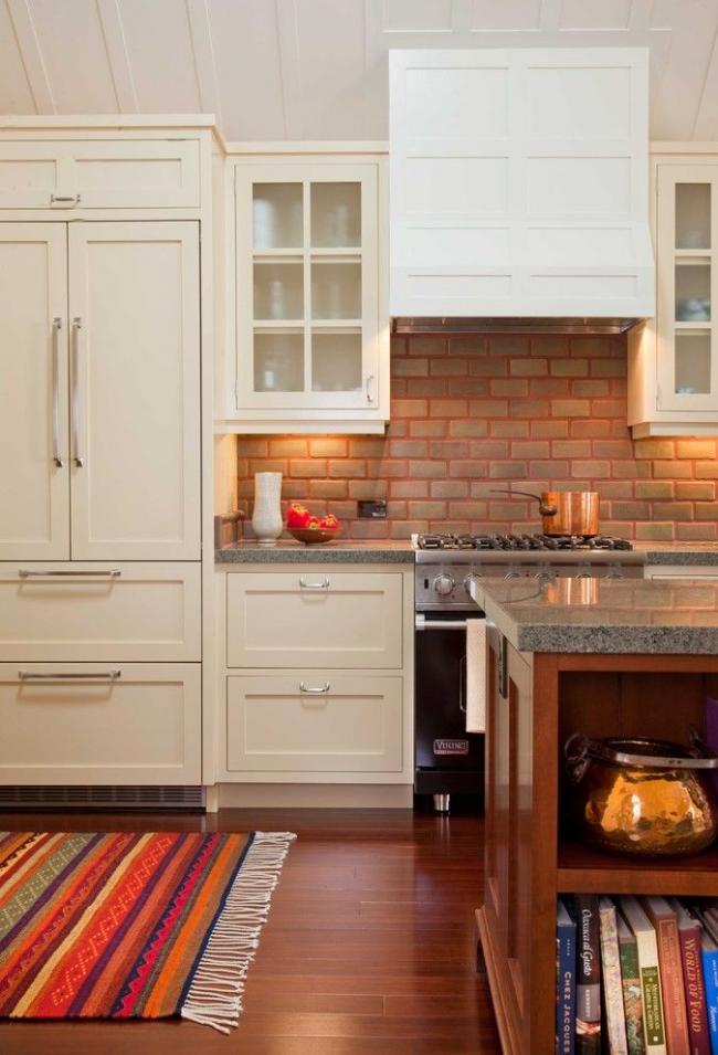 Встроенный холодильник бежевого оттенка в тон кухонному гарнитуру