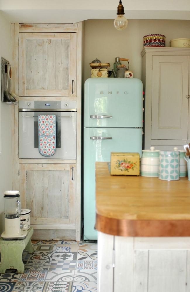 Светлая винтажная кухня с необычным цветным холодильником