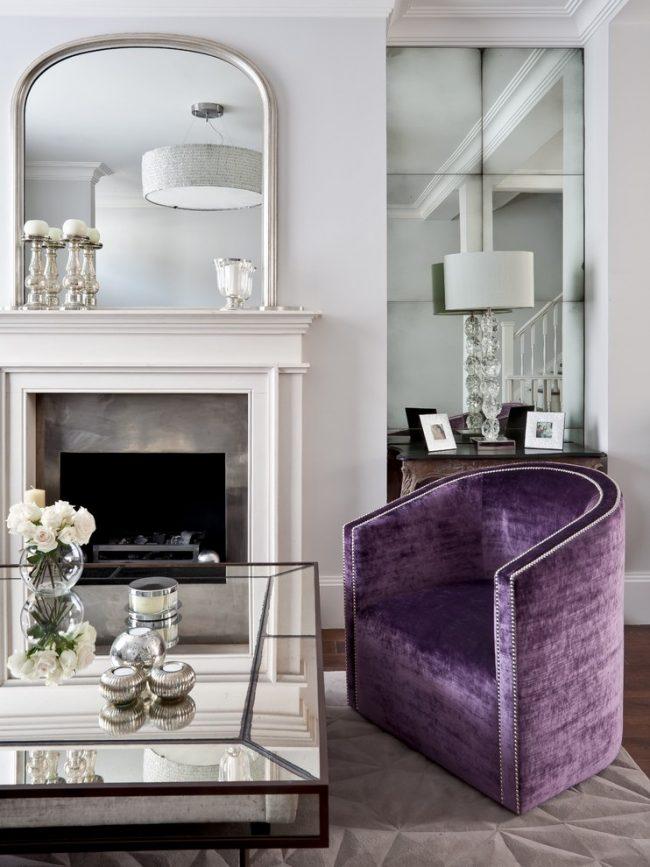 Сочетание стекла и зеркала с фацетной обработкой в декоре гостиной