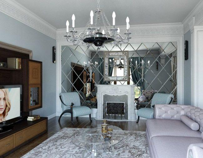 Фацетное зеркало на всю стену напротив окна позволит сделать комнату визуально больше и наполнит ее дополнительным светом