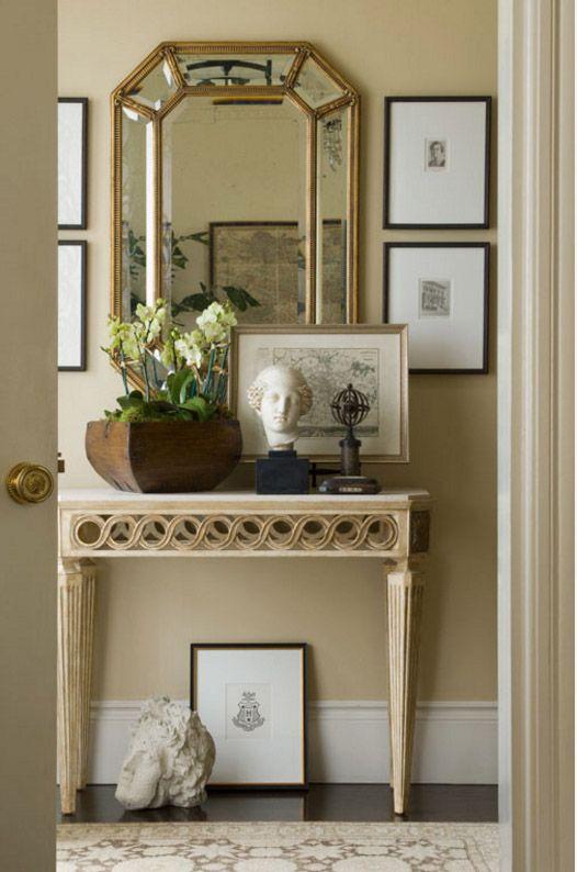 Фацетное зеркало над консольным столиком в прихожей