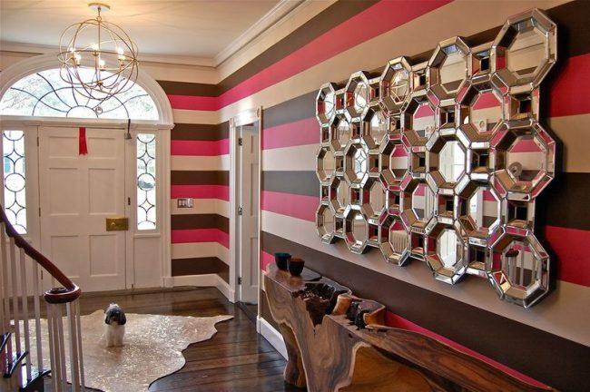 Зеркальное панно, которое состоит из круглых фацетных зеркал, соединенных линиями. Нестандартное решение для дома в стиле модерн