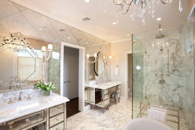 Фацетные зеркала с гравировкой хорошо сочетаются с зеркальной плиткой и мебелью с зеркальным покрытием. Правда, применять такое сочетание рекомендуется крайне осторожно