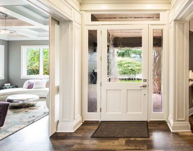 Стеклянные вставки с эффектом волны в филенчатых дверях