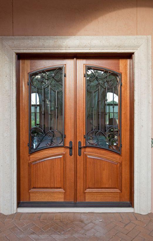 Если вы боитесь использовать филенчатые двери со стеклянными вставками в качестве входных дверей, используйте кованные решетки