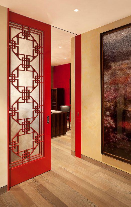 Красные филенчатые двери декорированные стеклянными вставками с орнаментом - настоящее произведение искусства