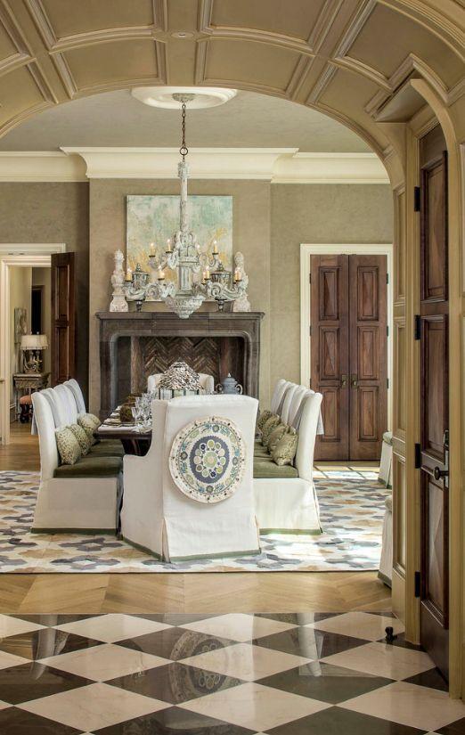 Дизайн филенчатых дверей должен вписываться в обший интерьер комнаты. Классическое оформление гостиной