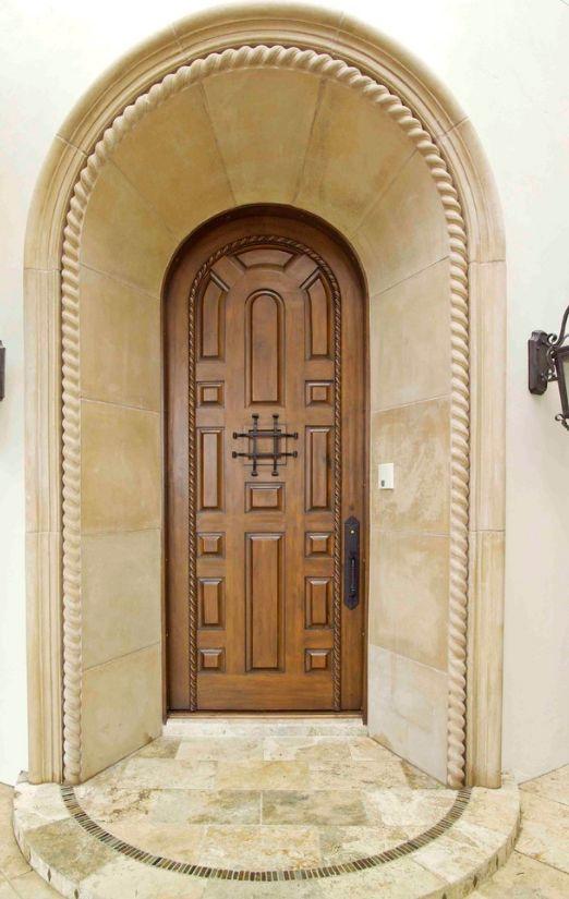 Комбинирование разных форм и размеров филенок для создания рисунка на входной двери
