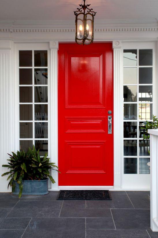 Красные филенчатые двери с алюминиевым каркасом