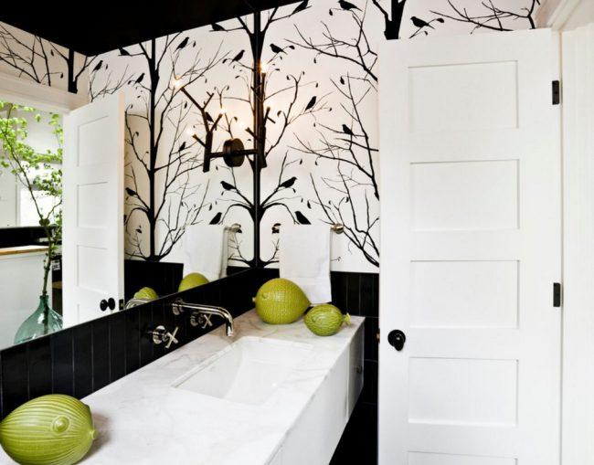 Самая популярная модель - белые филенчатые двери с горизонтальными вставками