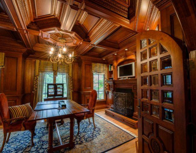 Махагон - популярный сорт дерева для отделки кабинета. Филенчатые двери со стеклянными вставками смогут дополнить образ роскошного дома