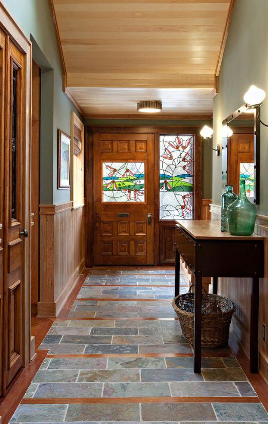 Благородные филенчатые двери со встроенным витражом