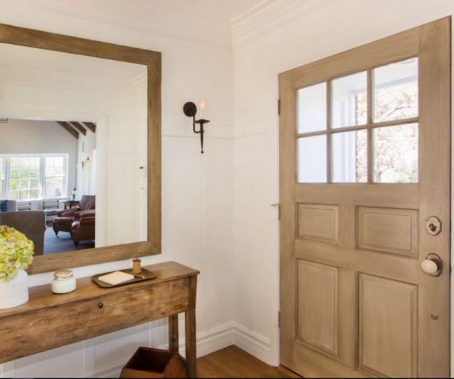 Контрастный тип отделки: сочетание стеклянных и деревянных вставок