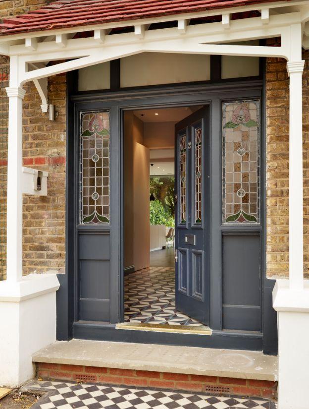 Входные филенчатые двери со стеклянными узорчатыми вставками. Симметричные рисунки цветов дополняют утонченный экстерьер здания