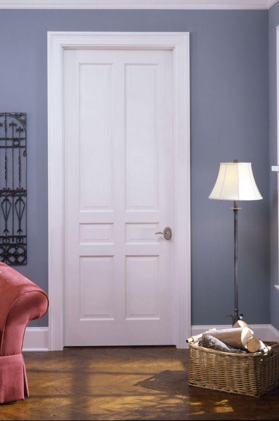 Белые двери с вертикальными филенками