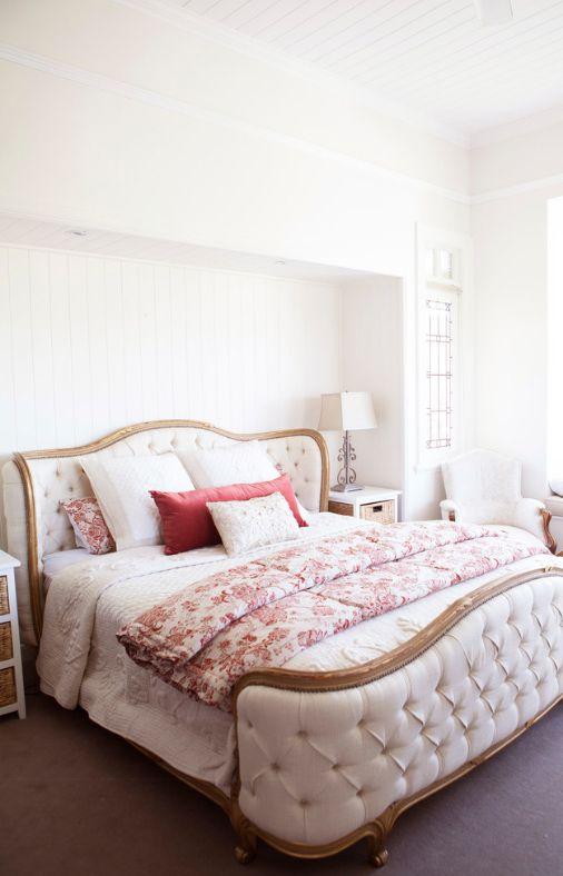 Роскошная кровать премиум-класса с обшивкой подножия и изголовья кровати стеганой тканью и обрамлением ее при помощи светлой породы дерева