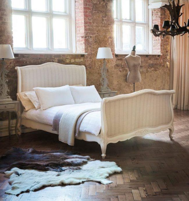 Французская кровать в современном лофте способна добавить нотки уюта