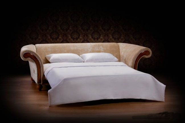 В разложенном виде такой диван не отличается от обычной кровати - матрац упругий, ровный и удобный