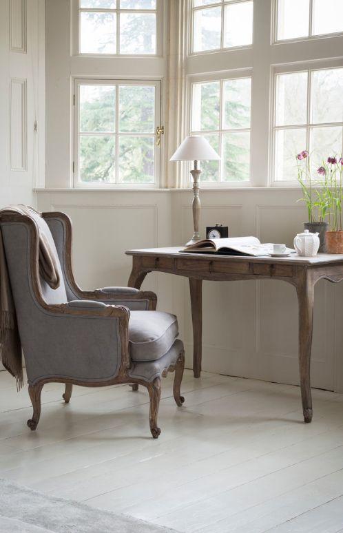 Классическое кресло-кровать в сложенном виде