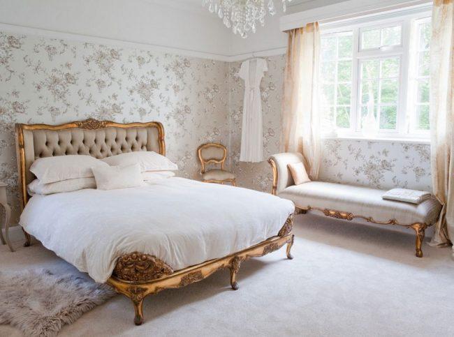 Версальский стиль - один из самых популярных в мире. Такие кровати достаточно просторные, имеют высокое изголовье, деревянные элементы украшены позолотой