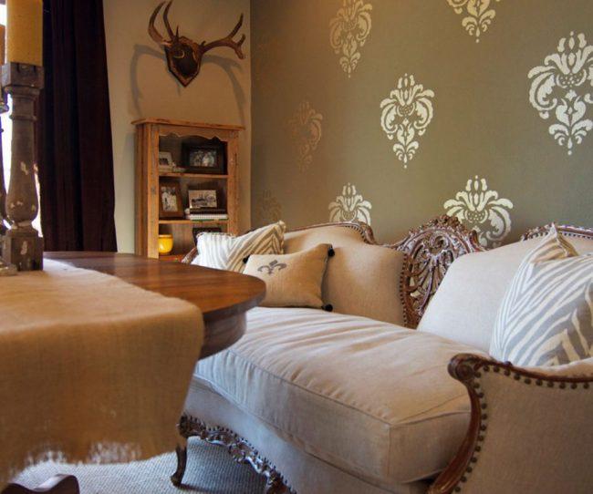 Диван-кровать в французском стиле: спинка с и подлокотники с резными элементами