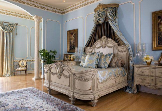 Апартаменты в классическом французском стиле - кровать с резным изголовьем и балдахин из тяжелых тканей