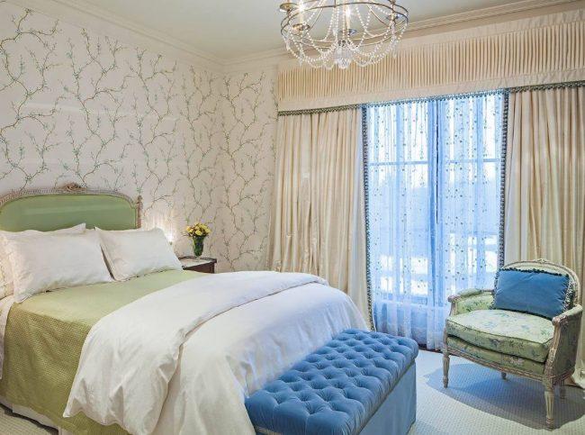 Небольшая французская кровать позволяет спокойно наслаждаться сном сразу двум людям