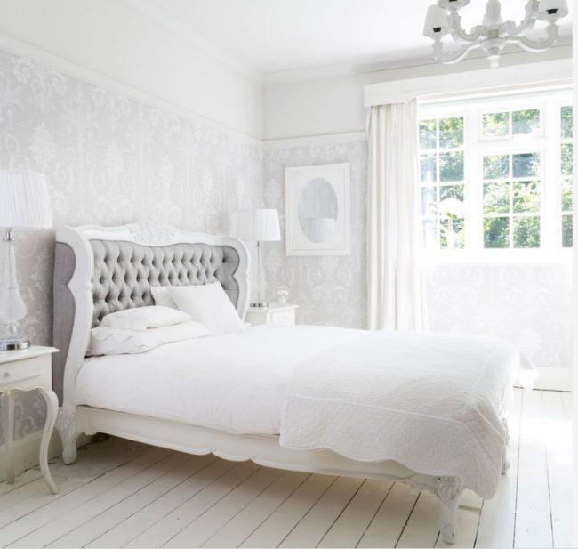 Кровать в французском стиле может быть даже весьма сдержанной формы и легко вписаться в интерьер в светлых легких оттенках, не загромождая пространство