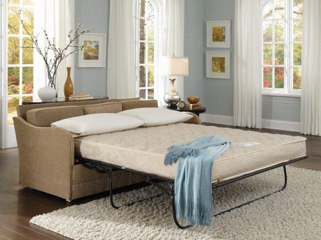 Механизм французской раскладушки, используемый в этом типе дивана, часто используется для мебели в разных стилях
