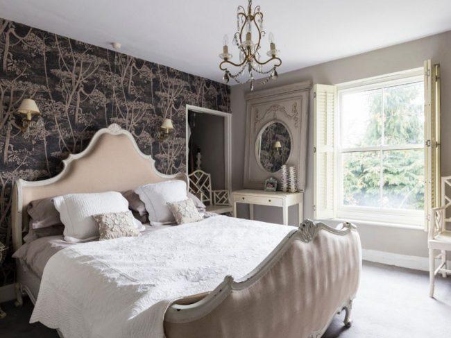 Французская традиционная кровать - предмет роскоши в вашем доме. Она может стать главным украшением спальной комнаты