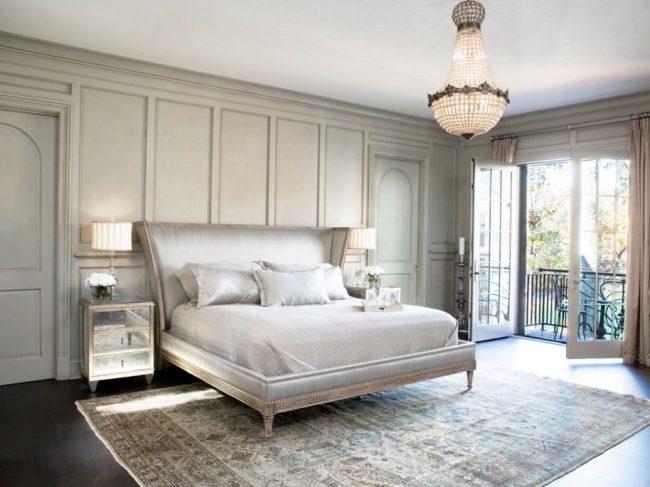 Традиционная французская односпальная кровать с высоким изголовьем