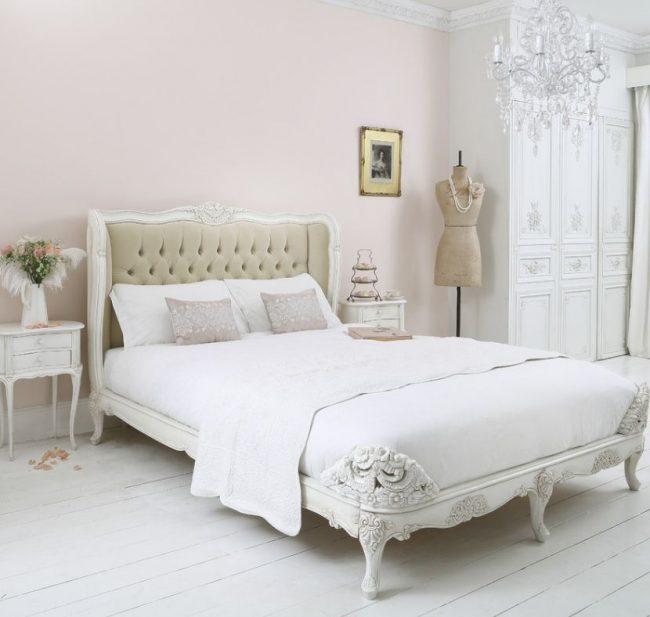 Традиционная французская кровать премиум-класса предусматривает мягкое изголовье со стеганной тканью пастельных тонов и резное подножие кровати