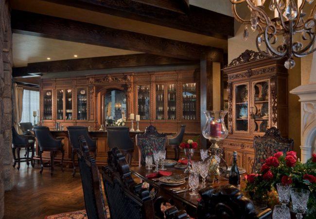 Раритетная мебель на кухне-гостиной в загородном доме поможет возродить дух эпохи Средневековья