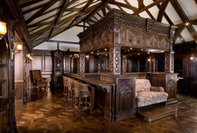 Резная мебель с кельтскими мотивами в интерьере кухни-гостиной загородного дома