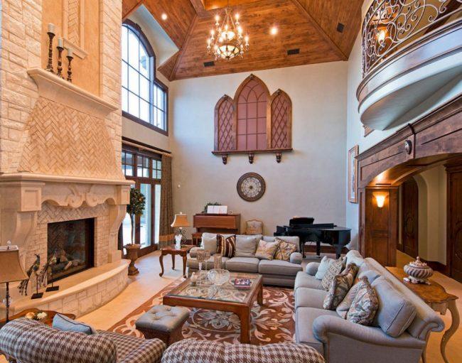 Некоторые дизайнеры применяют уловки при создании готической обстановки. Муляжи окон в форме стрелок и ковры с растительными элементами в духе эпохи