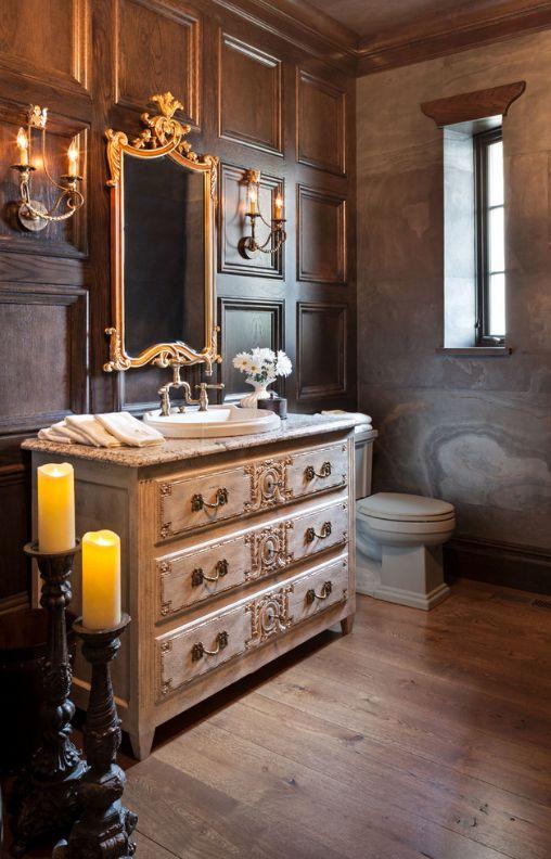 Ванная комната в готическом стиле: деревянная отделка стен и фактурная штукатурка, подсвечники и настенные бра