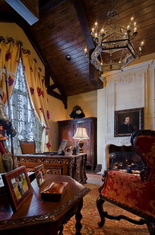 Домашний кабинет в готическом стиле: картины, рыцарские доспехи, шкатулка, старинные доспехи и кованная многоярусная люстра