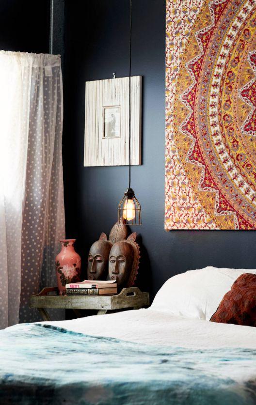 Картина с этническими мотивами может стать ярким штрихом в спальне в темных тонах