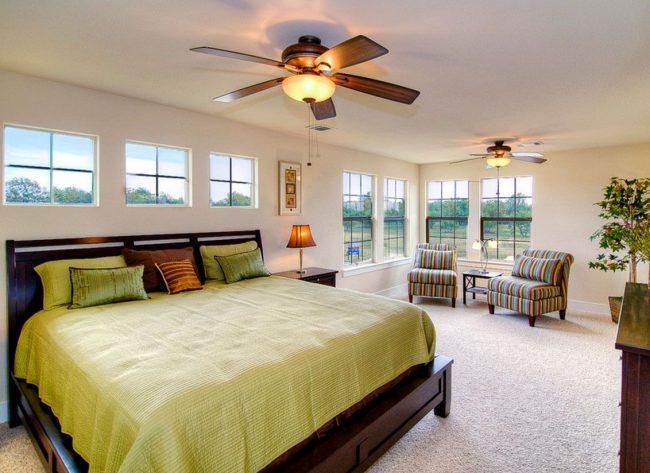 Кровать изголовьем к окну может стать единственным возможным вариантом для загородного дома