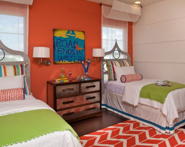Симметрическое расположение кроватей изголовьем к окну в детской комнате может стать умелым дизайнерским приемом