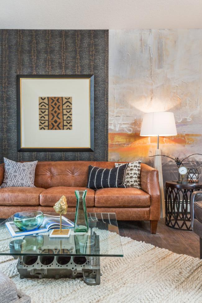 Кожаный диван в теплых оттенках снова в моде