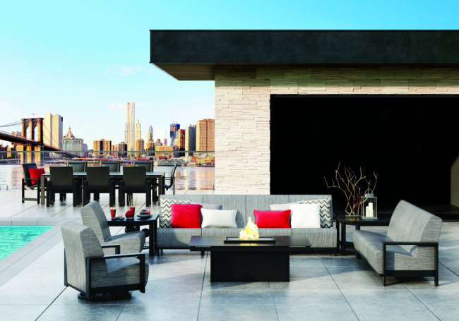 Прямоугольные диваны можно установить на крыше жилого дома, террасе или даже в летнем дворике. Размеры и форма подходят для любых нужд