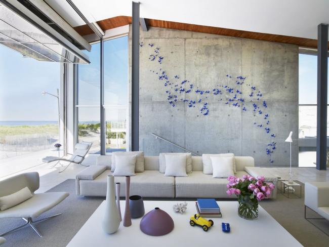 Просторные светлые диваны с подушками в тон будут украшать загородные виллы в 2017 году