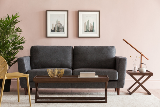 Деревянный каркас дивана обеспечивает ему долговечность. Кроме того, некоторые его части в виде ножек могут гармонично сочетаться с другой мебелью в комнате - стульчиками и столиками
