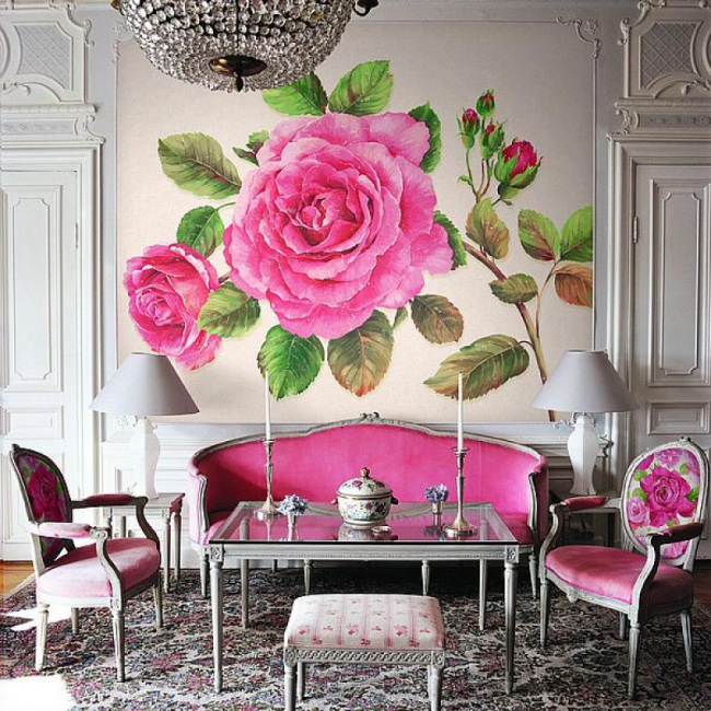 Яркий цветочный ампир с декором стены из панно