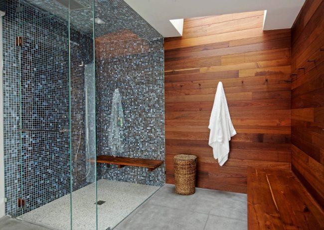 Облицовка стен деревом в малых помещениях требует особых усилий. Браться за самостоятельный монтаж таких изделий не рекомендуется