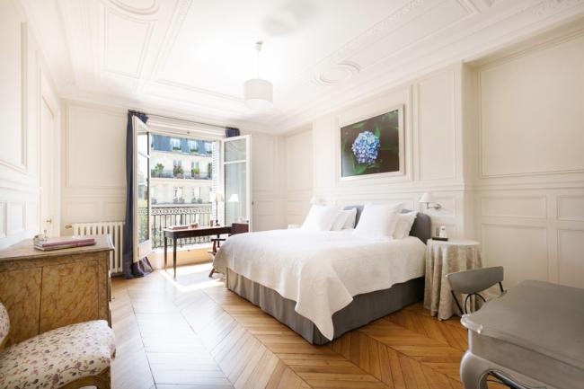 Шпонированные крупноформатные буазери в интерьере спальни внешне сложно отличить от их дорогого аналога